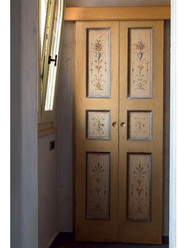 Porta in legno rifinita